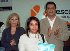 Juana Criado, Hugo Cantero y una beneficiaria.