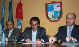 <p>Guzmán, en el estrado, acompañado por José Rognone y Elio Miranda.</p>
