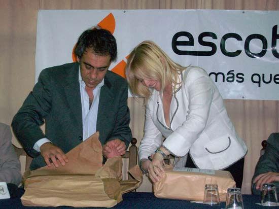 Guzmán y Alvarez Rodríguez abren los sobres con las dos ofertas.