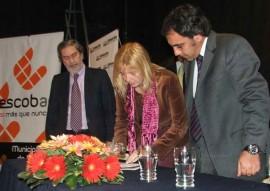 Alvarez Rodríguez firma los convenios con Guzmán.