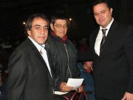 Guzmán y Achile posan con un beneficiario.