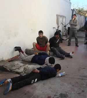 Los otros detenidos, en un patio de la comisaría.