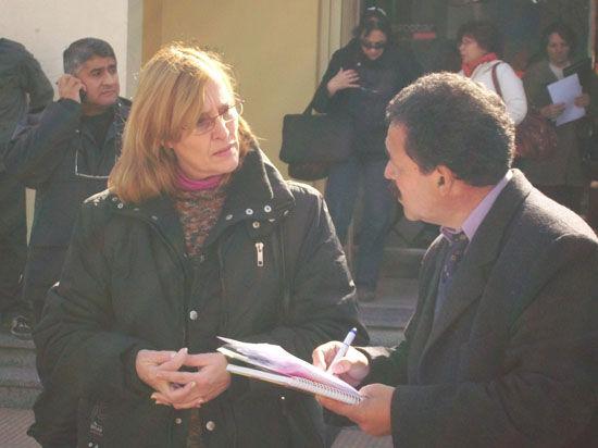 La secretaria gremial de Suteba, Claudia Consiglio, dialoga con el director de Educación, Jorge Frazzetta.