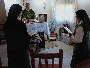 El Obispo compartió una misa con las hermanas.