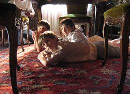 """Abril, en el papel de """"Norita"""", con sus hermanos."""