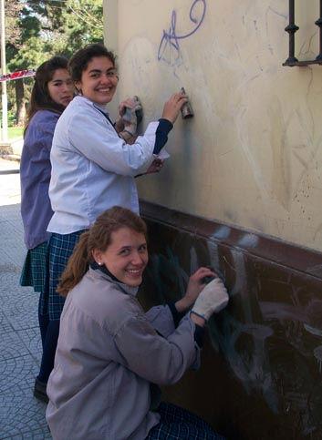 Las chicas, de buen ánimo, en plena tarea.
