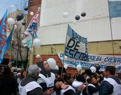 La manifestación terminó con una suelta de globos.