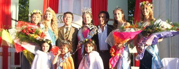 Las reinas y princesas de 2008, junto al presidente de la Fiesta, Tetsuya Hirose, y el Intendente.