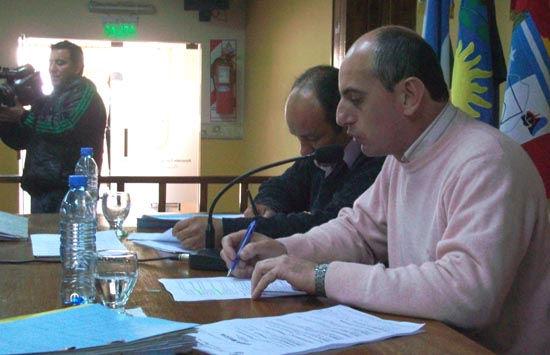 El presidente de la Cámara de Comercio, Hernán González, en una reunión con los concejales.