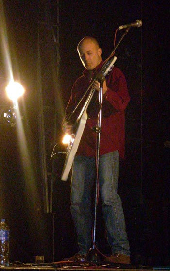 JAF y su guitarra, dueños del escenario.