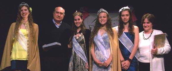 """""""Coco"""" López y su esposa, al cierre del acto, junto a la reina y las princesas de la localidad."""