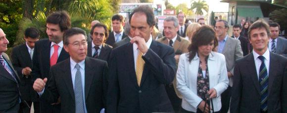 El gobernador, en su arribo al predio floral, junto al presidente de la Fiesta, Tetsuya Hirose.