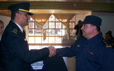 El comisario Carlos Vara (Escobar 1ra) entrega una distinción.