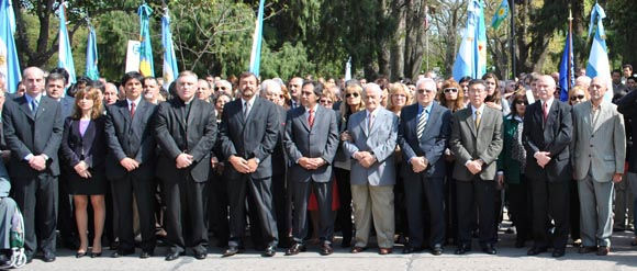 La primera fila de autoridades, con Guzmán flanqueado por el senador electo Roberto Costa y el ingeniero Canio Iacouzzi, uno de los fundadores del distrito.