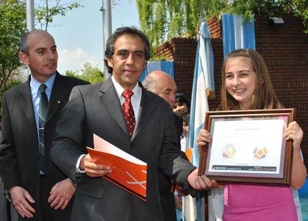 La alumna Paula Gómez muestra su logotipo, ganador del concurso del cincuentenario.