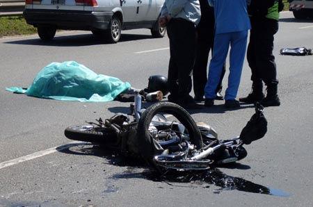 La moto y el cuerpo de la víctima, en medio de la autopista.