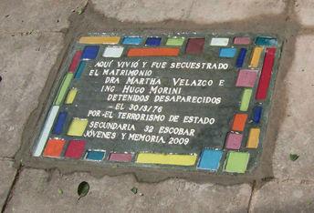 La baldosa que evoca a Velazco y Morini.