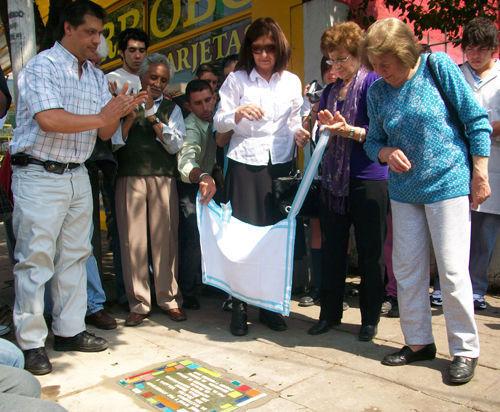 """El descubrimiento de la primera """"baldosa por la memoria"""" en Escobar."""