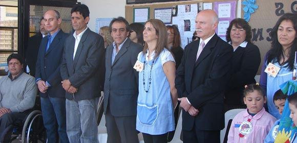 El intendente Guzmán junto a la directora del Jardín, Fabiana Gianfrancesco, y el presidente del Consejo Escolar, José Luis Fabbro.