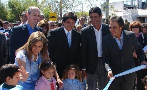 El corte de cintas dejó formalmente inaugurada la pavimentación de las calles Francia y Vicente López.