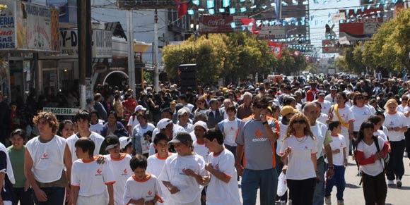 La caminata participativa por avenida Tapia de Cruz marcó el final del acto por el cincuentenario.