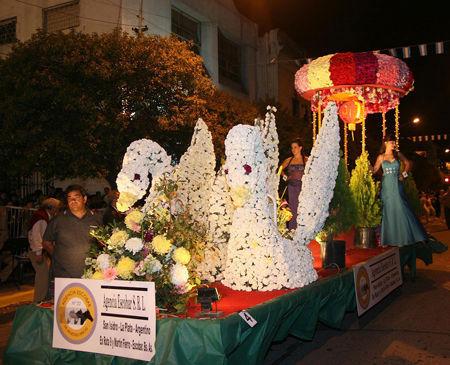 Los cisnes, al frente de la carroza de la Agencia Hípica.