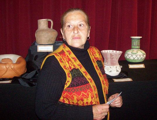 Emma Croce junto a algunas de sus creaciones.