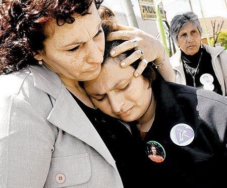 Claudia y Sonia, hermanas de la víctima, en el ingreso a tribunales.