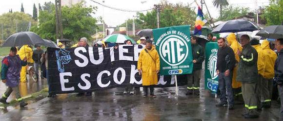 Los manifestantes, bajo la lluvia, antes de que se produzcan los roces entre sus dirigentes.
