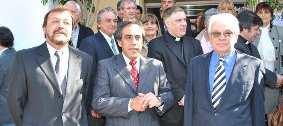 Roberto Costa, Sandro Guzmán y Fernando Valle, en la entrada al Palacio Municipal.