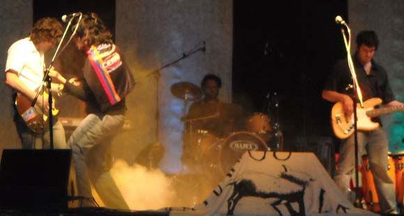 """La banda, sobre las tablas del Seminari, y el cantante """"Mono"""" Díaz con la remera de Armenio."""