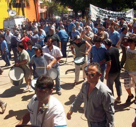 Los manifestantes, en las afueras del Palacio Municipal.