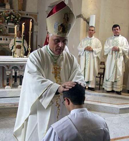 Monseñor Oscar Sarlinga, durante la ordenación sacerdotal.