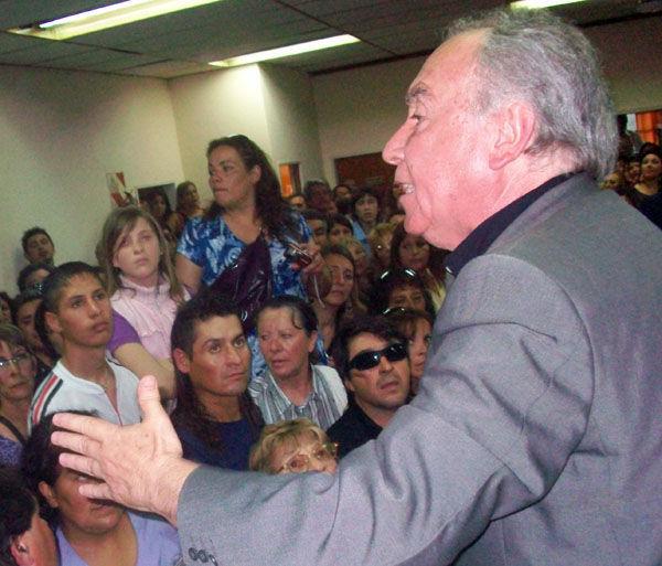 Angioi, subido a una silla del sector de prensa, le pide a sus parciales que permitan reanudar la sesión.
