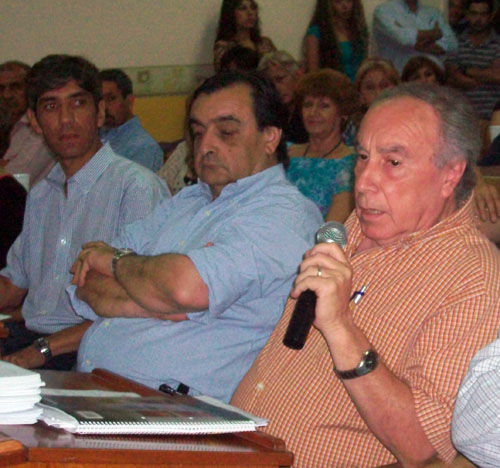 Habla Angioi y Carranza lo observa. En el medio, el presidente de la Mutual Bomberos, Carlos Messa, que asistió como contribuyente.