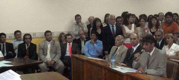 Luis Carranza en uso de la palabra, observado por el Intendente y sus funcionarios.