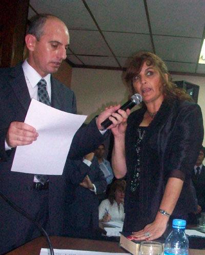 La concejal Pereyra juró mirando hacia los que la desnotaban desde la barra.