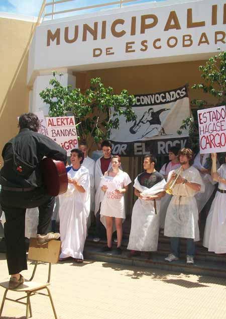 Con delantales blancos y pancartas, los jóvenes ocuparon las escalinatas del Palacio Municipal.