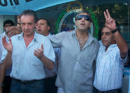 Bustinduy, un chofer y Guzmán, al ritmo de la marcha.