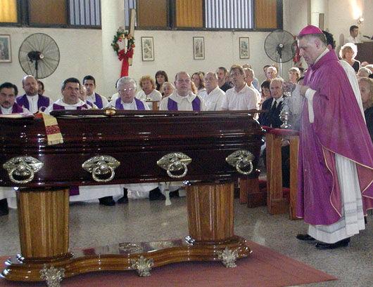 Monseñor Sarlinga presidió la misa de exequias.