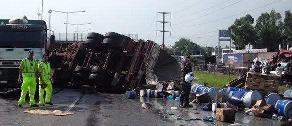 El acoplado volcó y desparramó toda su carga sobre la autopista y la banquina.