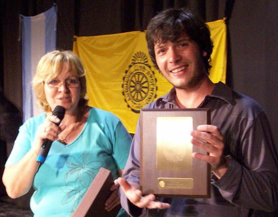 La Directora de Cultura le entregó una plaqueta al artista.