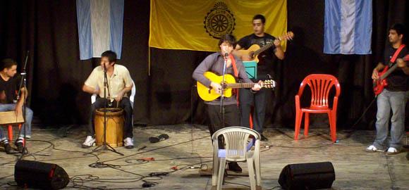 Daniel Tarchini y sus músicos levantaron sonoros aplausos desde el escenario del Seminari.