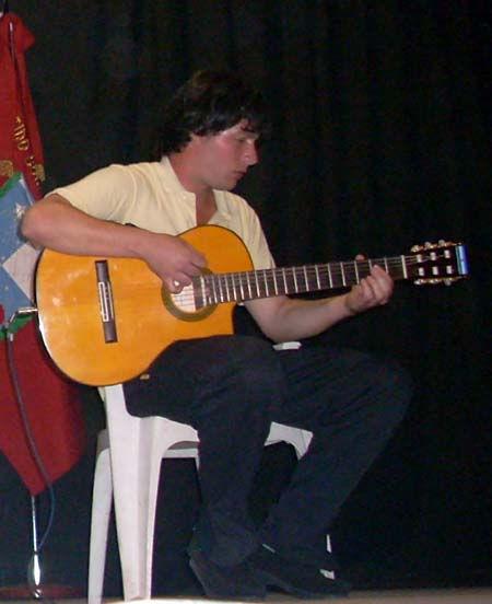 Daniel Tarchini clasificó como solista y realizó un acompañamiento en guitarra.