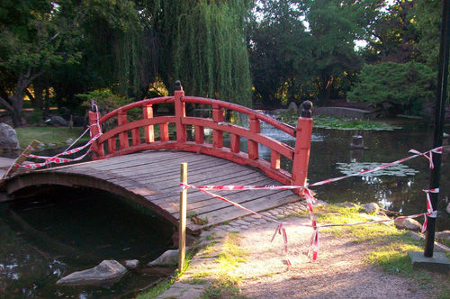 El puente central del Jardín está roto hace un año.