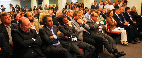 Guzmán, en la primera fila de intendentes que asistieron al llamado de Alicia Kirchner.