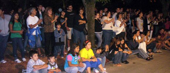 El público, algo más numeroso que hace una semana, disfrutó de la presentación de los artistas.