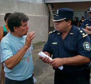 Ojeda dialoga con el comisario inspector Guerra, a quien le entregó el petitorio.