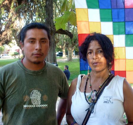 Blanca Márquez, en la plaza de Maschwitz, junto a René Choque (quechua).