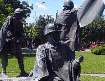El mutilado monumento de los soldados de Malvinas.